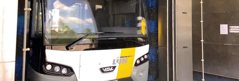 een De Lijn bus rijdt door een carwash